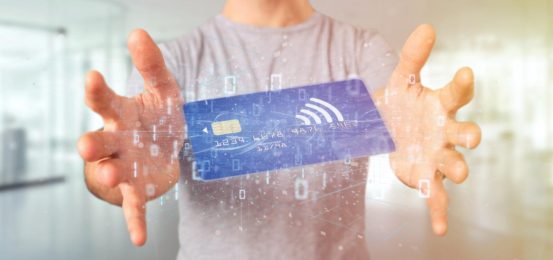 Sirva sostener un renderi sin contacto del concepto 3d del pago con tarjeta de crédito foto de archivo libre de regalías