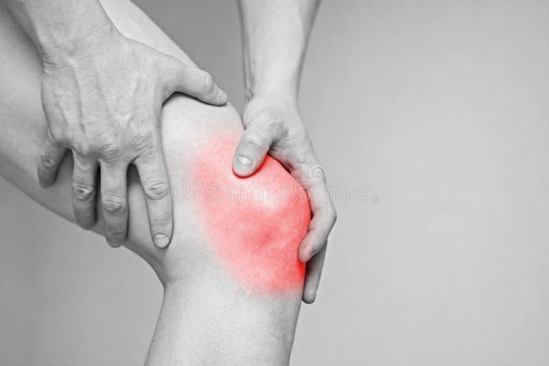 Sirva tener dolor de la rodilla Concepto del cuidado médico Sufrimiento del hombre del dolor en rodilla Foto blanco y negro con e fotografía de archivo