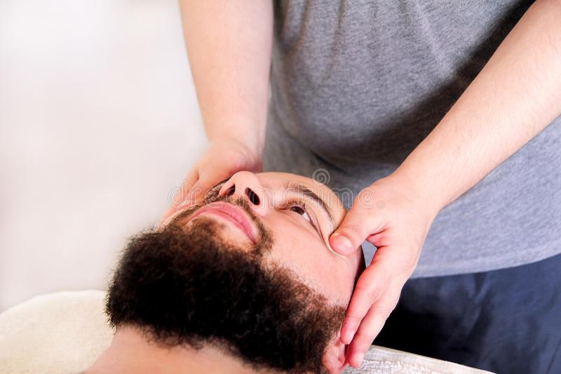 Sirva tener tratamiento para su cara en la tabla del masaje imagen de archivo