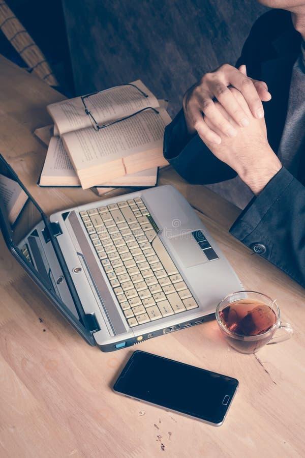 Sirva un ordenador portátil foto de archivo libre de regalías
