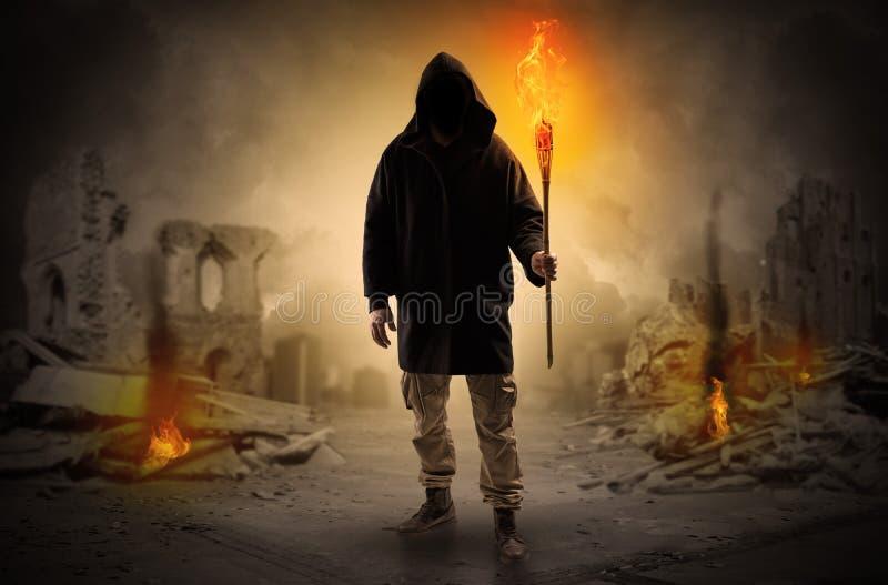 Sirva venir con la antorcha ardiente en un concepto de la escena de la catástrofe foto de archivo