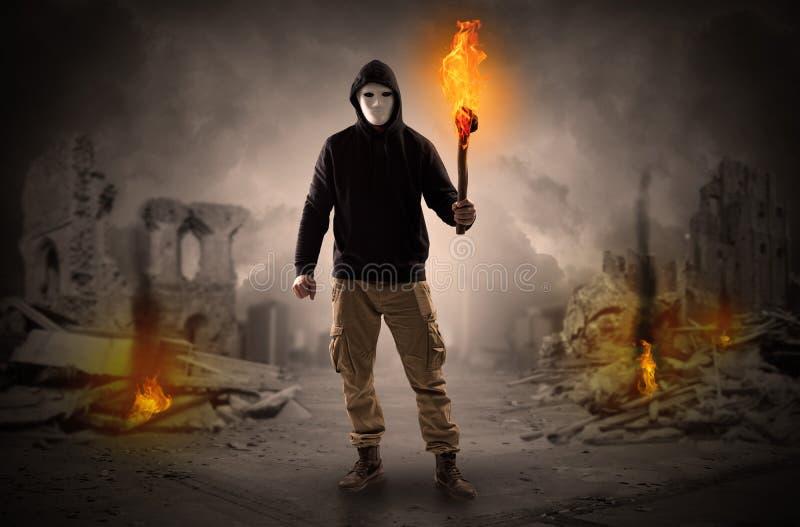 Sirva venir con la antorcha ardiente en un concepto de la escena de la catástrofe imagen de archivo libre de regalías