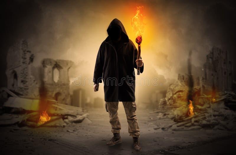 Sirva venir con la antorcha ardiente en un concepto de la escena de la catástrofe foto de archivo libre de regalías