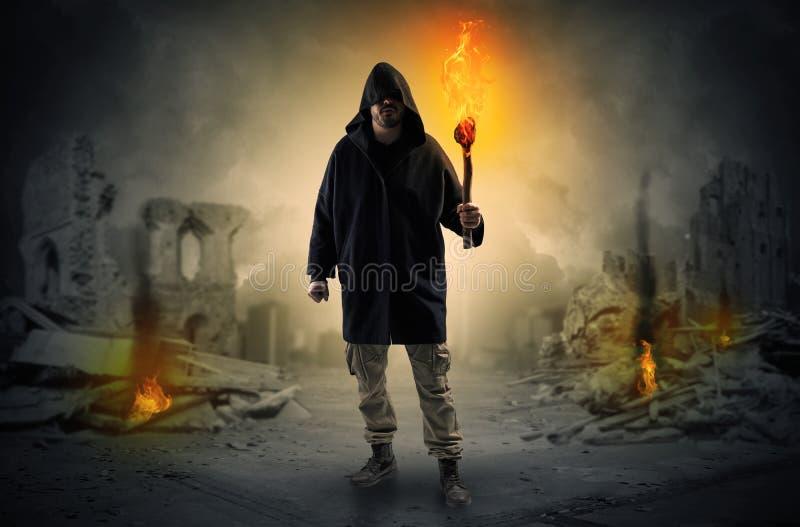 Sirva venir con la antorcha ardiente en un concepto de la escena de la catástrofe fotografía de archivo