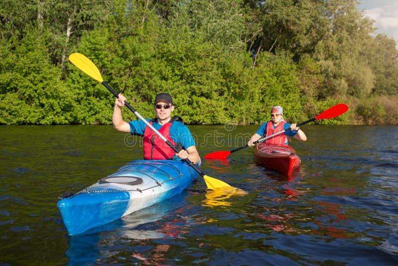 Sirva viajar en el río en un kajak imagenes de archivo