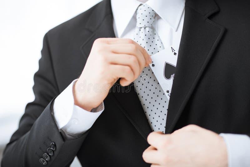 Sirve el as de ocultación de la mano en el bolsillo de la chaqueta imágenes de archivo libres de regalías