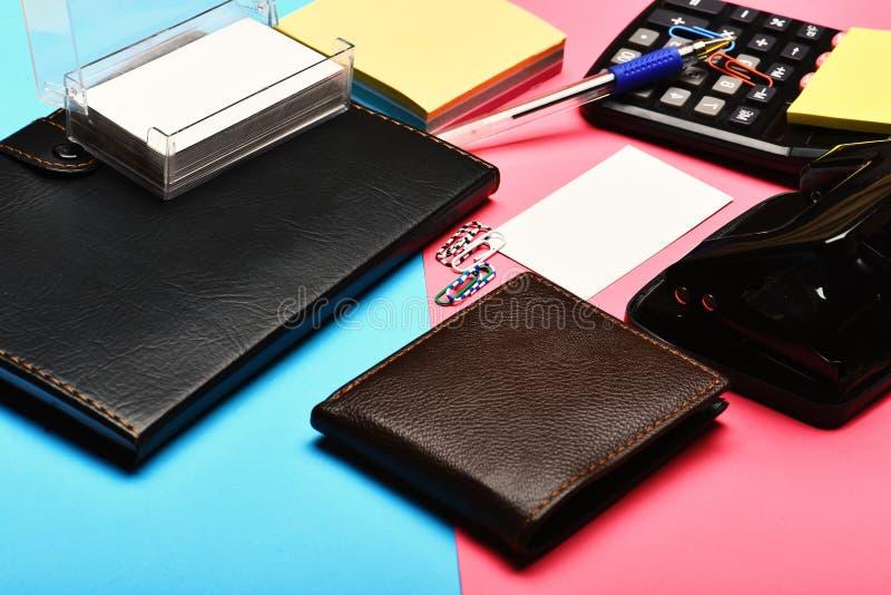 Sirve la cartera de cuero como concepto del negocio y del trabajo foto de archivo libre de regalías