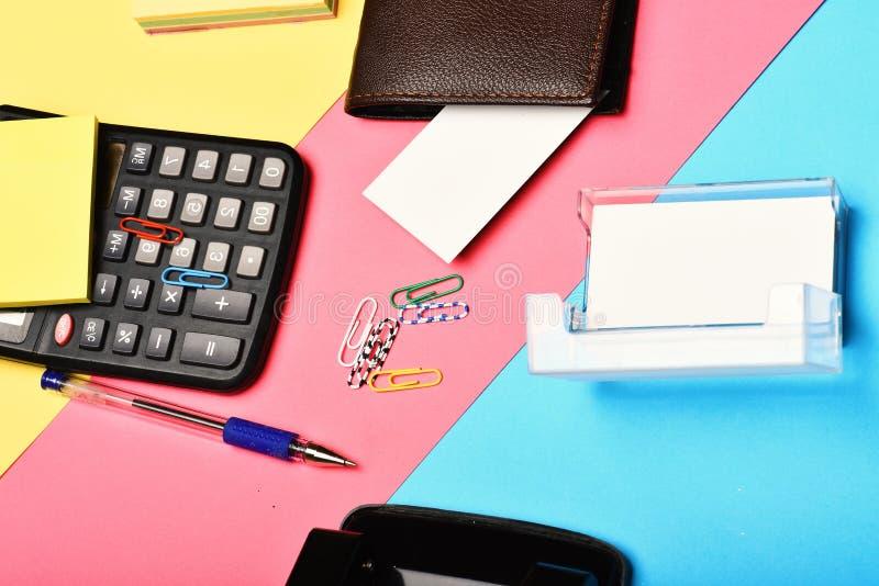 Sirve la cartera y los efectos de escritorio de cuero en fondo colorido fotos de archivo