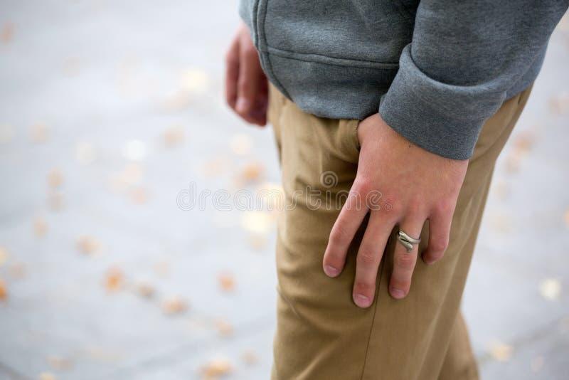 Sirve la mano en el cierre del bolsillo para arriba, moda, desgaste de la calle fotos de archivo