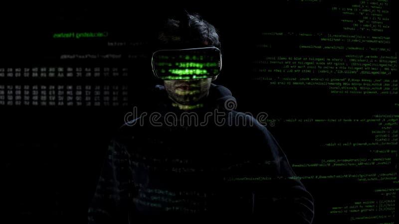 Sirve la silueta que lleva las auriculares de la realidad virtual en fondo de los códigos y de los números foto de archivo
