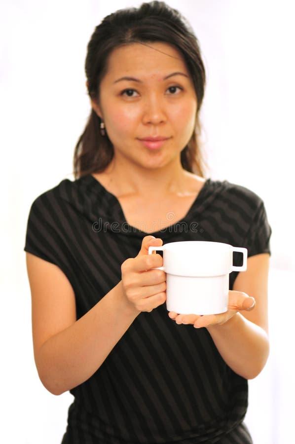 Sirviéndole té foto de archivo libre de regalías