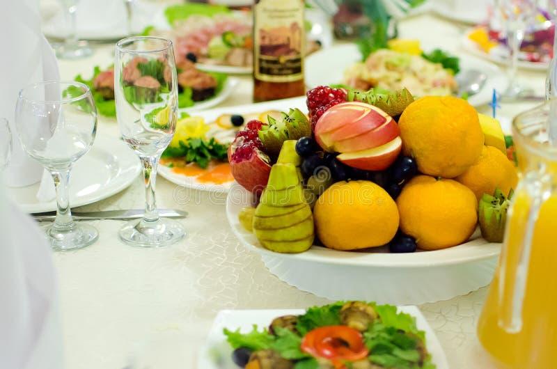 Sirvió maravillosamente las frutas clasificadas mienten en una placa Sirvió maravillosamente la tabla en el restaurante fotos de archivo libres de regalías
