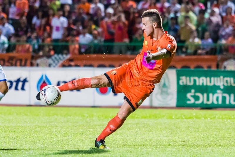 SISAKET TAILÂNDIA 22 DE OUTUBRO: Brent McGrath de Sisaket FC fotografia de stock