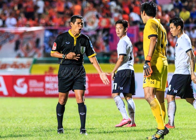 SISAKET TAILÂNDIA 16 DE SETEMBRO: O árbitro (preto) no dur da ação fotos de stock royalty free