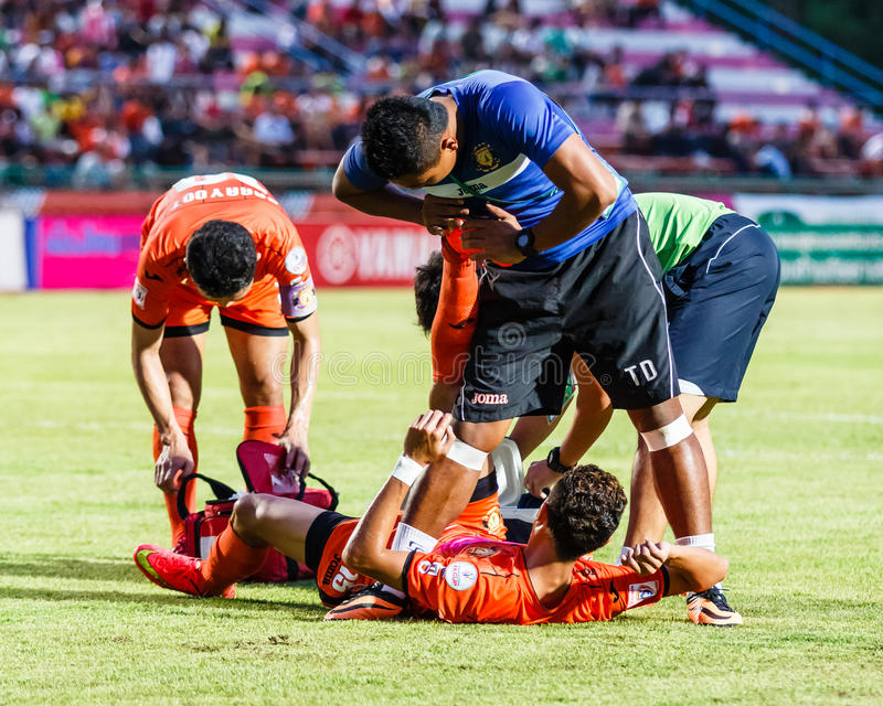 SISAKET THAÏLANDE 23 JUILLET : Équipe de premiers secours de Sisaket FC (Bleu) photo libre de droits