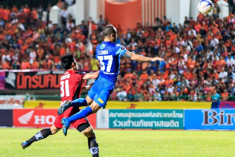 SISAKET THAILAND-AUGUST 12: Thiago Cunha av Chonburi FC (blått) I royaltyfri fotografi