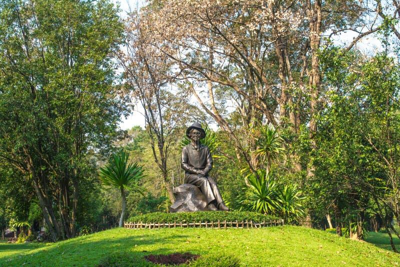 SISAKET THAILAND-FEBRUARY 14, 2019: Statyn av HRH-prinsessan Srinagarindra i Somdej Phra Srinagarindra parkerar, Sisaket fotografering för bildbyråer