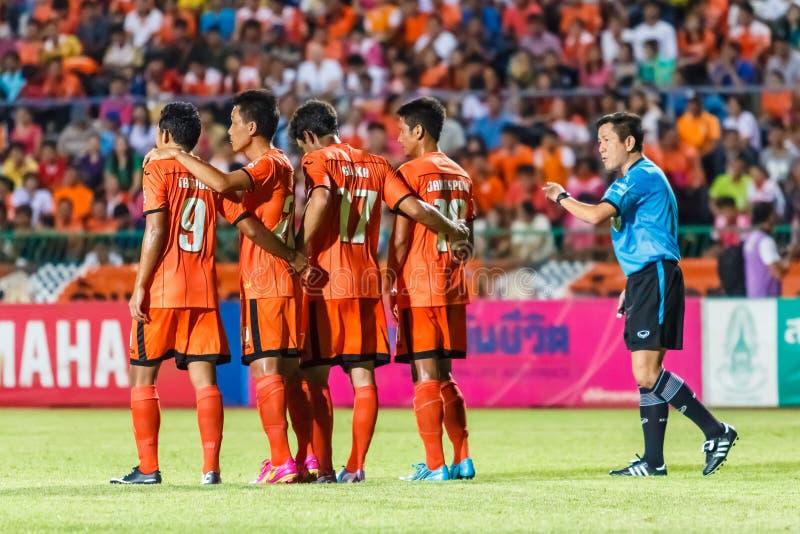 SISAKET THAILAND-MAG 28: De (blauwe) voetbalscheidsrechter stock afbeeldingen