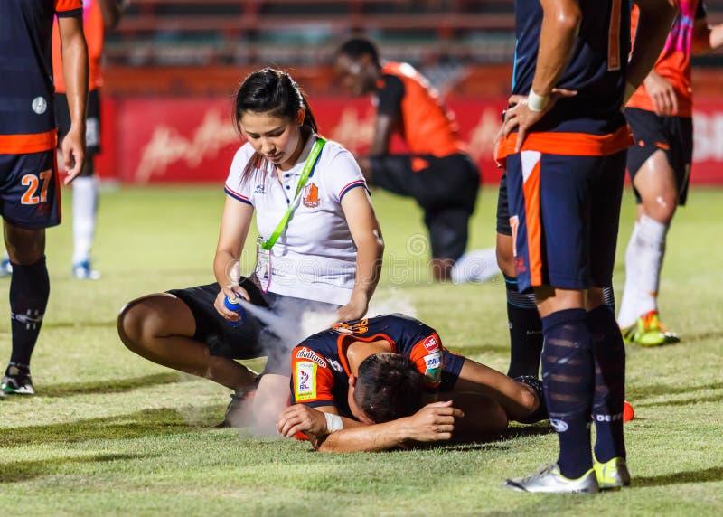 SISAKET THAILAND-MAG 24: Eerste hulpteam van Udonthani FC (wit) stock afbeelding