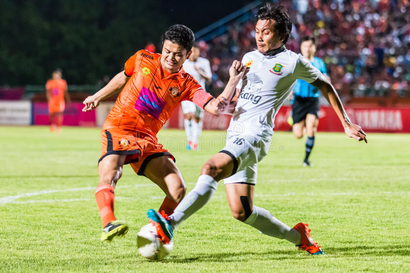 SISAKET THAILAND-OCTOBER 29: Sarayuth Chaikamdee of Sisaket FC. Shooting ball during Thai Premier League between Sisaket FC and Army Utd at Sri Nakhon Lamduan royalty free stock image