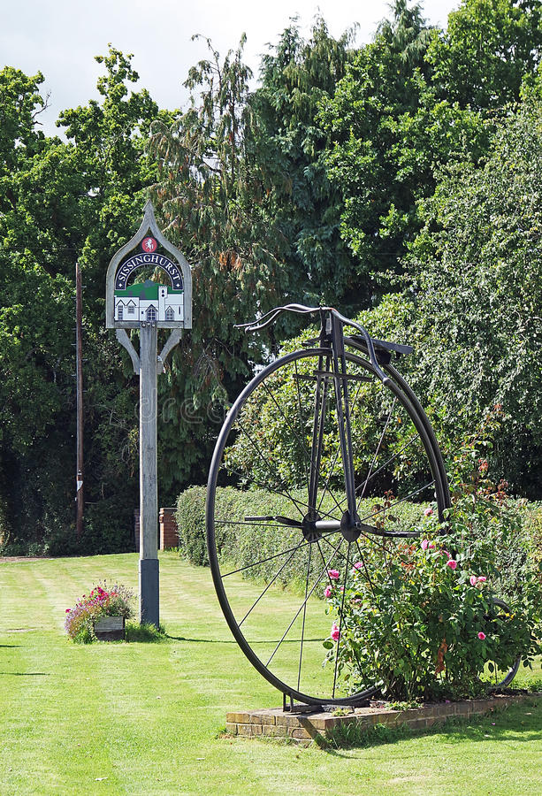 Sissinghurst, Pennyfarthingskulptur und Dorf unterzeichnen lizenzfreie stockfotos