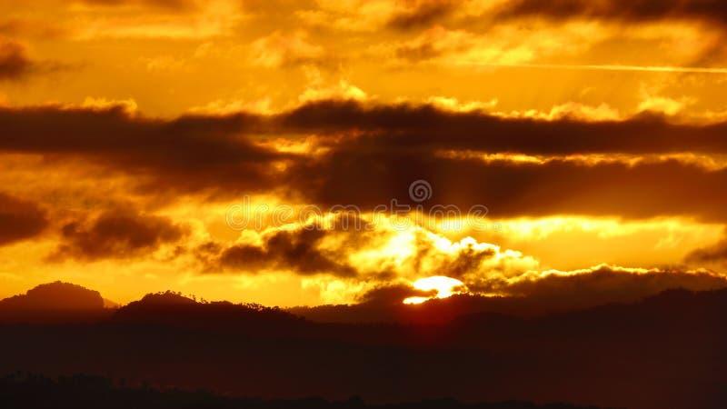 Sista ögonblick av en härlig solnedgång arkivbilder