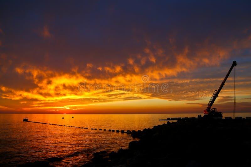 Sista ögonblick av en industriell solnedgång royaltyfria bilder