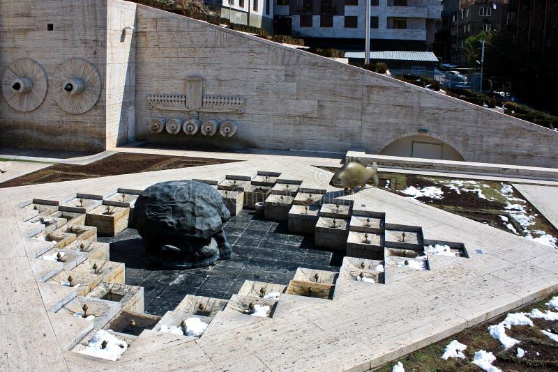 Sista Dive Sculpture och kaskad i Yerevan Armenien arkivfoto