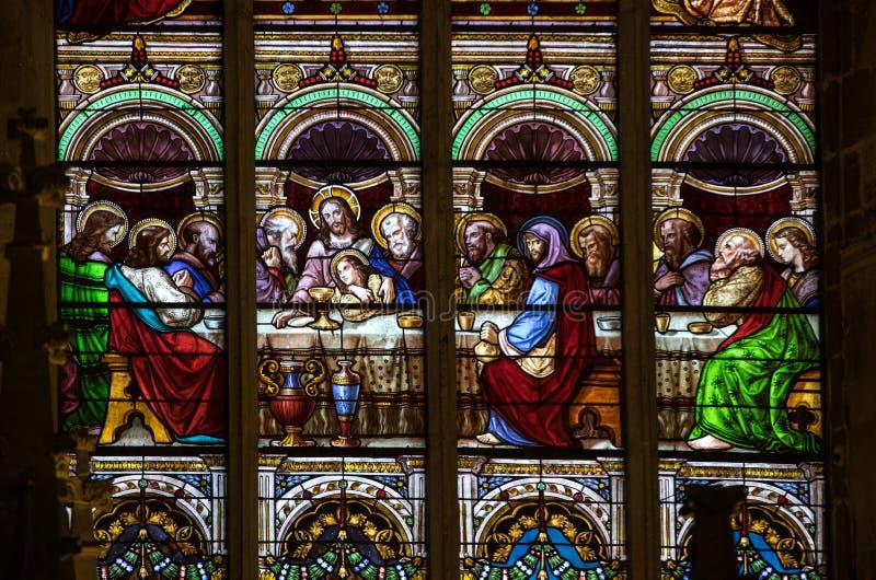 Sista kvällsmål - målat glassfönster på den Collegiale kyrkan av Saint Emilion, Frankrike arkivbild