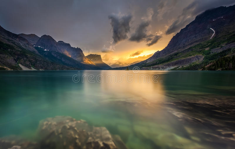 Sista ljus på St. Mary Lake, glaciärnationalpark, MT fotografering för bildbyråer