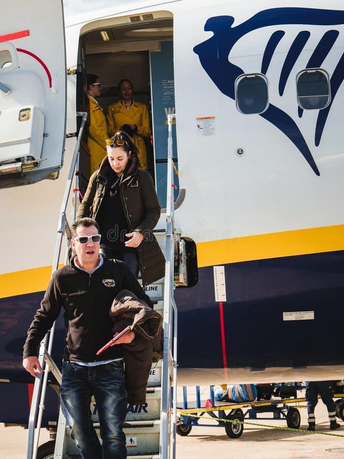 Sista passagerare som stiger ned trappa av en Ryanair boeing stråle arkivfoto