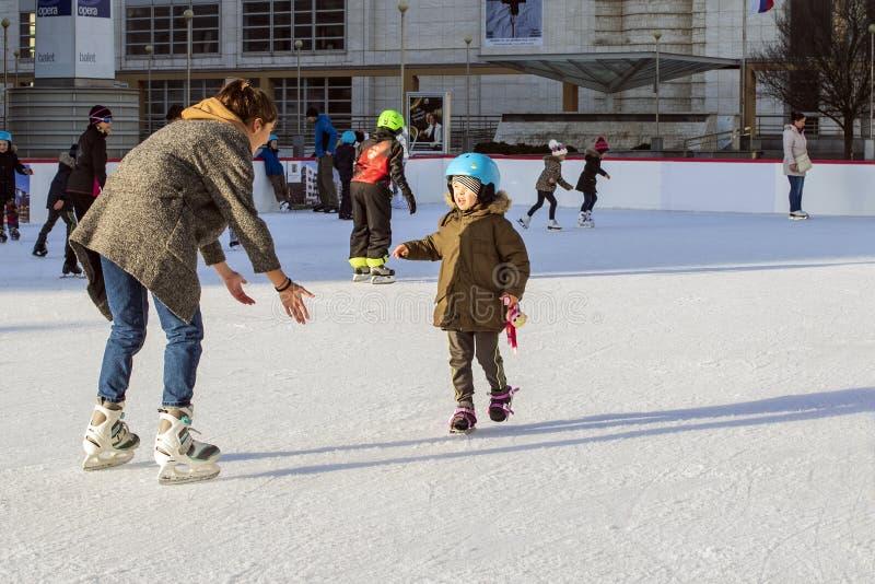Sistani, Grudnia 2018 jazda na łyżwach Mamy i dziecka łyżwa na łyżwiarstwo butach Szczęśliwy rodzinny plenerowy jazda na łyżwach  fotografia stock