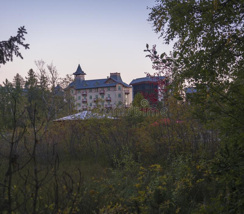 Sistani, Wysoka Tatrzańska góra, Strbske pleso, Wrzesień 15, 2018: Grand Hotel Kempinski Wysoki Tatras przy Strbske lokalizuje w zdjęcia royalty free