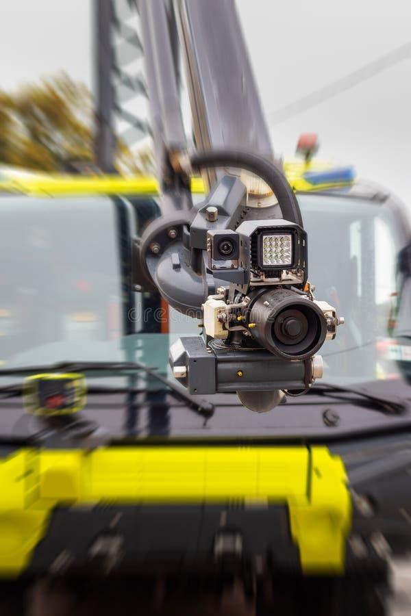 Sistema antincendio moderno montato su un braccio idraulico di un autocarro - ugello ad alta pressione con fotocamera e illuminaz fotografia stock libera da diritti