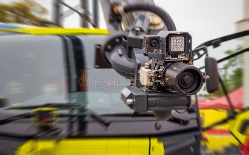 Sistema antincendio moderno montato su un braccio idraulico di un autocarro - ugello ad alta pressione con fotocamera e illuminaz fotografie stock