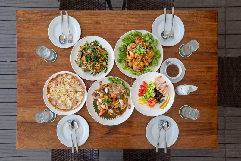 Sistema aplicado tailandés del almuerzo tal como mariscos fritos con la salsa, la pizza, la ensalada de color salmón, y el camaró imágenes de archivo libres de regalías