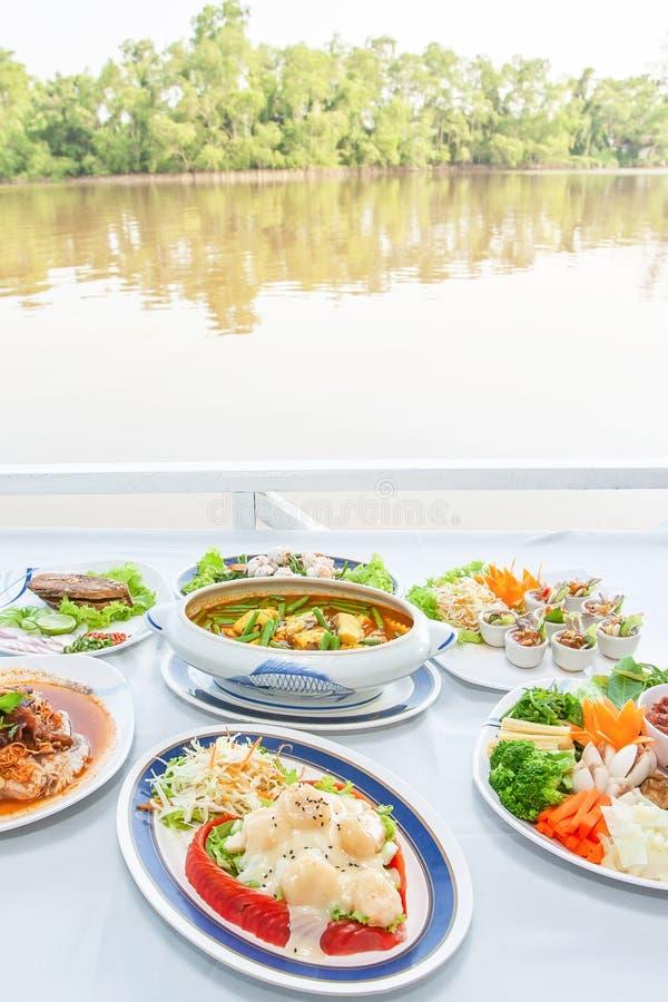 Sistema asiático suroriental de la cocina, camarones japoneses con la ensalada, estilo tailandés de la sopa amarga de los órganos imagen de archivo libre de regalías