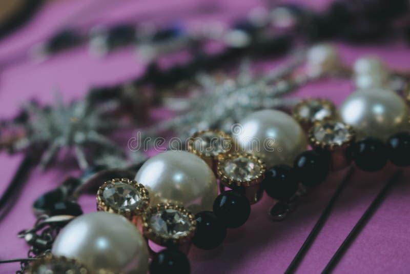 Sistema atractivo de moda de la joyería de la joyería brillante preciosa hermosa, collar, pendientes, anillos, cadenas, broches c imagenes de archivo