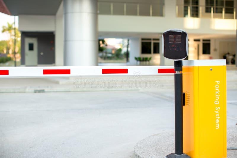 Sistema automático da entrada do parque de estacionamento Sistema de segurança para o acesso de construção - parada da porta da b fotografia de stock