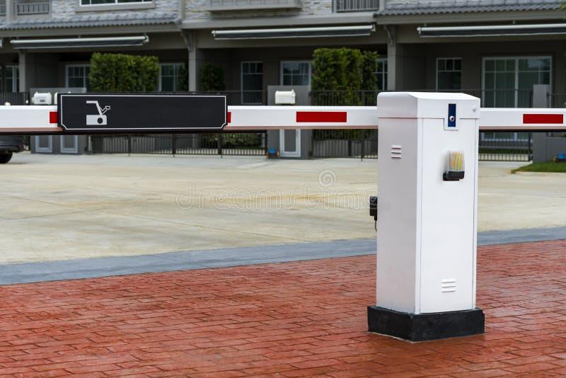 Sistema automático da porta da barreira para a segurança na vila A privado imagens de stock