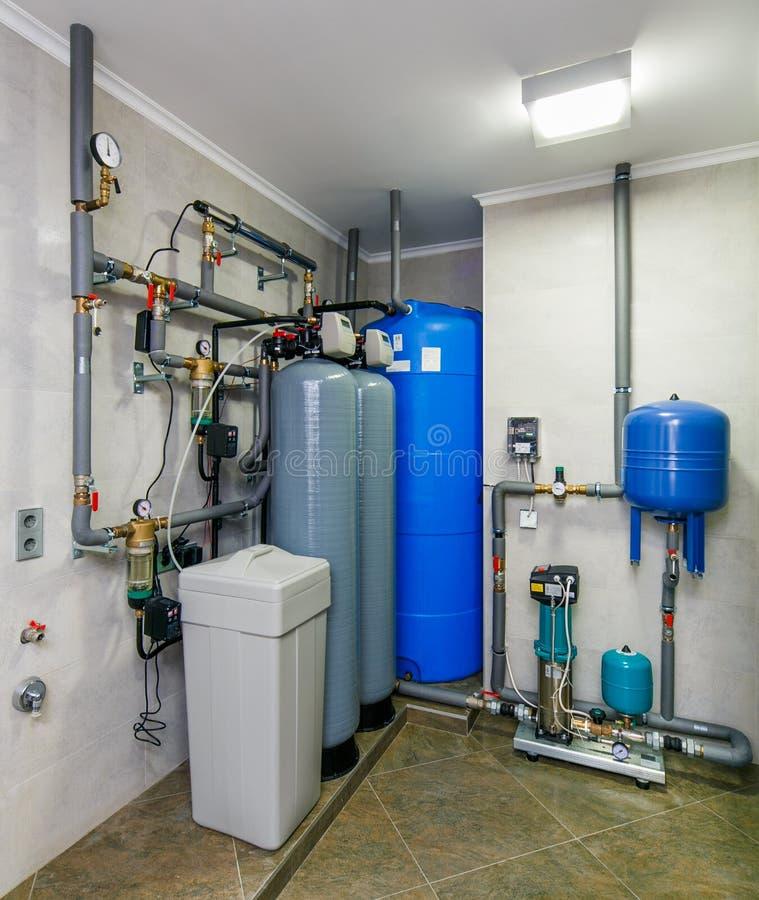 Sistema automático do tratamento da água com sensores e reservatórios foto de stock royalty free