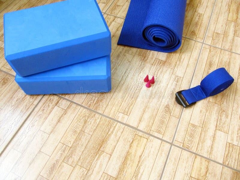 Sistema azul de la yoga de la estera, de bloques y de la correa fotos de archivo libres de regalías
