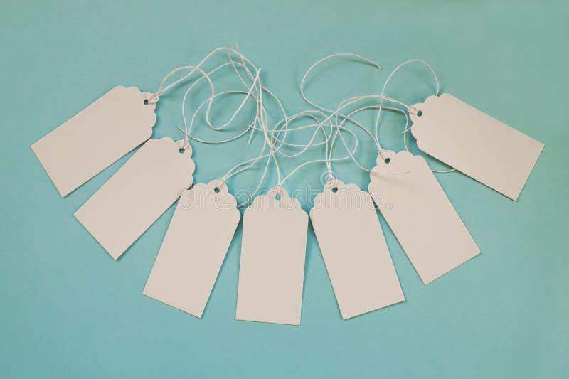 Sistema blanco de los precios o de etiquetas del papel en blanco en el fondo azul imágenes de archivo libres de regalías
