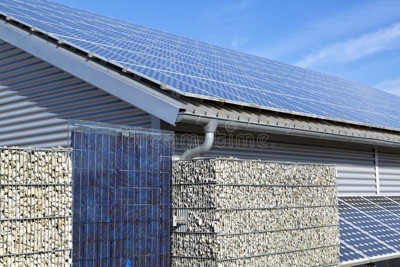 Sistema bonde, telhado e cerca de painel solar imagem de stock