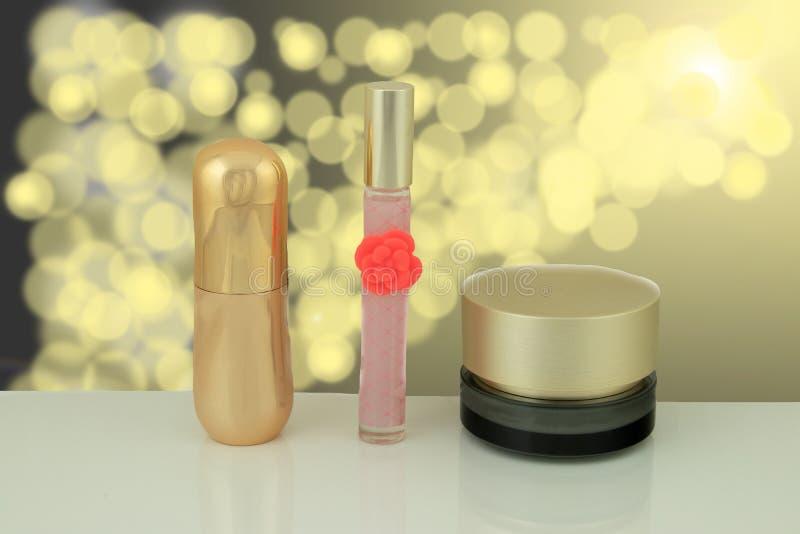 Sistema colorido de cosméticos en la tabla blanca delante del yel brillante imagen de archivo libre de regalías