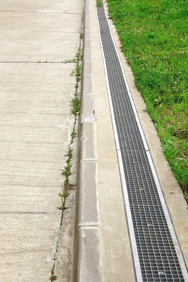 Sistema concreto da entrada de automóveis e do dreno foto de stock
