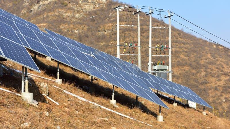 Sistema conectado rejilla fotovoltaica de la producción de energía imagen de archivo