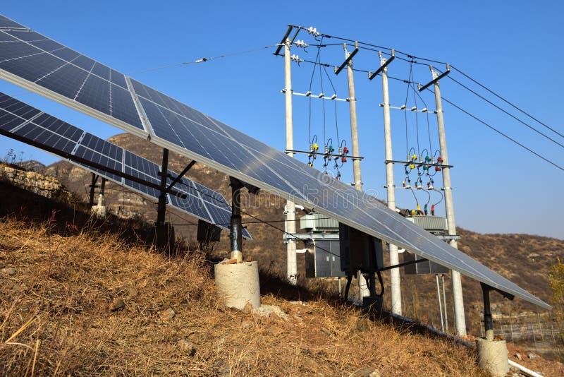 Sistema conectado rejilla fotovoltaica de la producción de energía fotografía de archivo