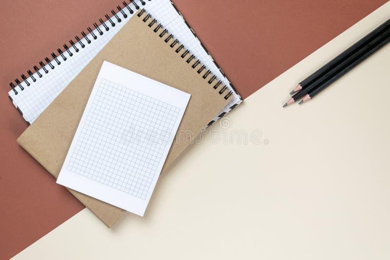 Sistema corporativo de los efectos de escritorio del espacio en blanco en fondo marr?n Ascendente falso de marcado en caliente En fotos de archivo