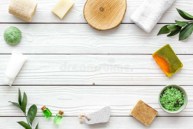 Sistema cosmético orgánico herbario para el balneario hecho en casa en maqueta flatlay del fondo de madera blanco fotos de archivo libres de regalías